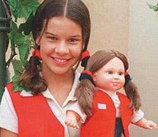 Aqui ela aparece ao lado de sua boneca, em As Chiquititas.