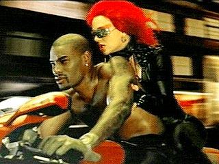 Em Toxic, a Srta. Spears e o bem aparentado Tyson Beckford, numa 999S
